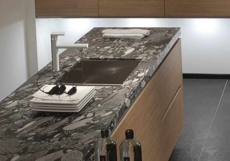 15-GR--Black-Cosmo2-+-witte-kraan graniet