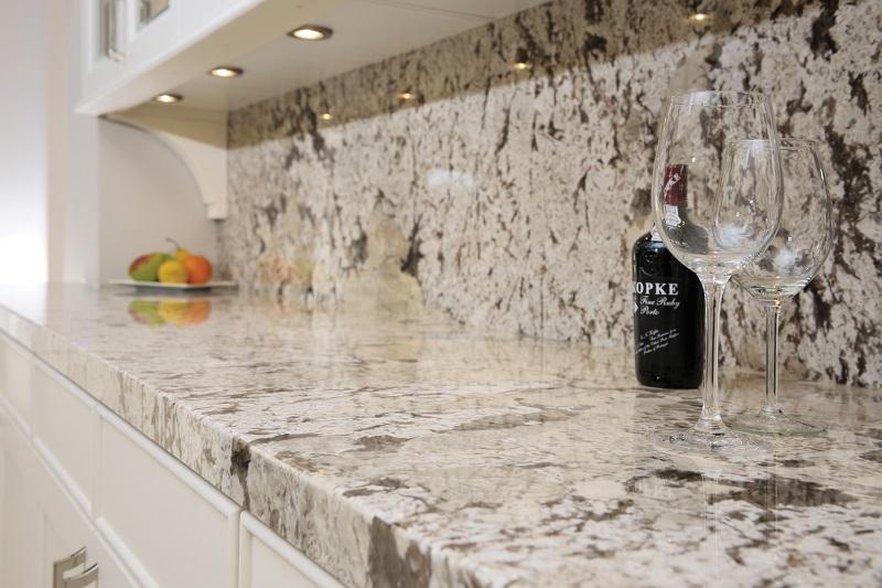 Foto: dekkerzevenhuizen.nl  blad lichte kleuren bij een witte keuken