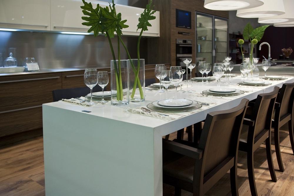 Keuken, sfeer, eten, tafelen, meerdere materialen, wit, hout, rvs, apparatuur, wijnkoelkast, oven, televisie, servies, tafel, stoelen, keukenstijl, keukensfeer, ruimte en een meubel