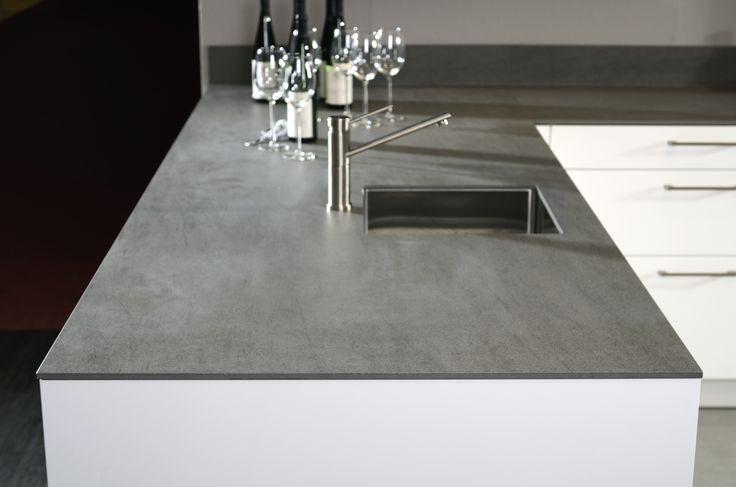 kemie grijs blad, beton look met wijnglazen bij een witte keuken