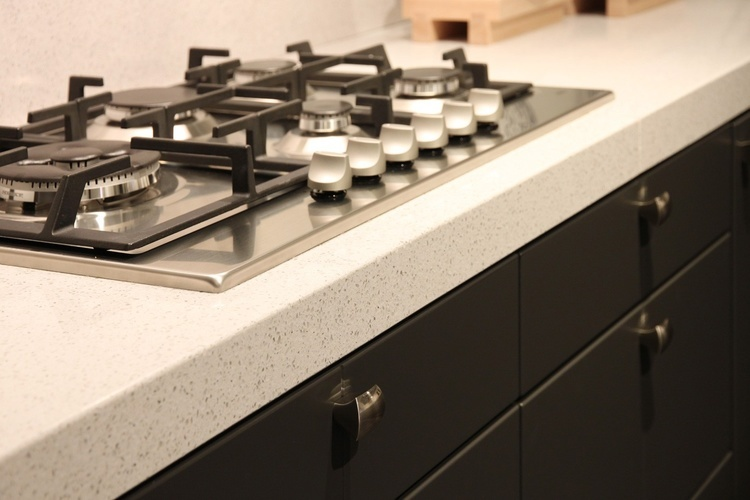 composiet aanrechtblad wit met een zwarte keuken inclusief gaskookplaat voorbeeld | Kuys Keukens