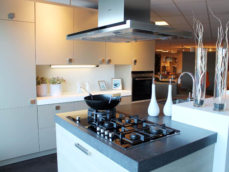 showroom keuken, wit, studioline, siemens, apparatuur, vierkante greepjes, kookeiland | Kuys keukens