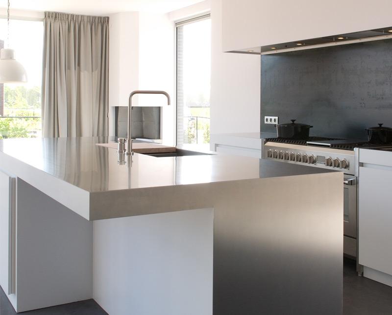 Roest vrij staal (rvs) aanrechtblad in een witte keuken